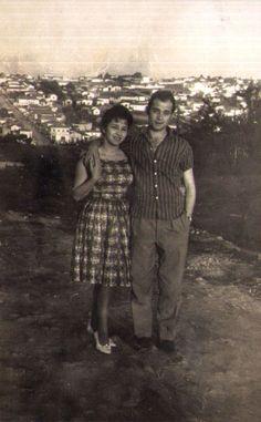 Cida e Waltinho, na Rua Picinguaba. Ao fundo, a Vila Formosa (anos 60) Colaboração Cida Nogueira Duarte