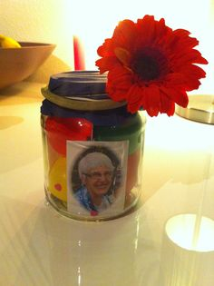 Birthday present for my grandma in a jar. Little balloons, confetti, pictures, giftcard from the flowershop and a fake flower from IKEA. Very creative me.
