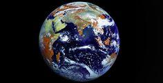 La foto más nítida de la Tierra jamás tomada.   La imagen ha sido realizada por el satélite ruso Elektro-L en una sola toma. Es la fotografía con mayor resolución jamás tomada de nuestro planeta. Ocupa más de 100 megas, tiene una resolución de 121 megapíxeles y cada uno de ellos representa algo más de 1 Km de la superficie terrestre.