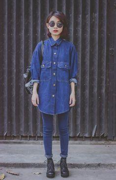 """O all jeans, com direito a camisa overside, dando um """"quê"""" de androgenia, é a pedida deste inverno. Abuse!"""