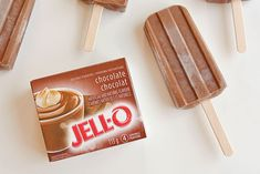 These homemade fudgsicles are SO EASY to make using Jello chocolate pudding. And they taste soooo good! They're perfectly fudgey and really quick to make! Ice Cream Desserts, Frozen Desserts, Frozen Treats, Cold Desserts, Homemade Popsicles, Homemade Ice, Jello Popsicles, Instant Pudding, Jello Pudding Pops