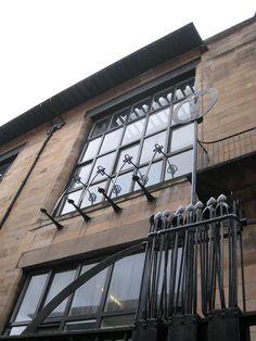 Glasgow School of Art, 1899 // Charles Rennie Mackintosh Historical Architecture, Architecture Details, Interior Architecture, Glasgow Architecture, Best Of Scotland, Glasgow Scotland, Charles Rennie Mackintosh, Gaudi, Mackintosh Design