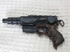 This blaster is a bit older, ab im not quite happy with the wood on the grip but I think the blasters style fits well in the Star Wars universe! Greetings from Germany