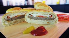 """Também conhecido como """"hamburgão"""", esse x-burguer de forno é delicioso, fácil de fazer e perfeito para o lanche de toda a família. Ele também é uma ótima dica de salgado para vender ou para festinhas com amigos e crianças. Ninguém vai resistir! Ingredientes: MASSA 50 g de fermento para pão 1 xícara de chá de …"""