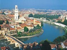 شهر رم پایتخت کشور ایتالیا است که بزرگترین و پرجمعیت ترین شهر این کشور نیز می باشد. در حال حاضر حدود 3 میلیون نفر در شهر رم زندگی می کنند. در دنیا