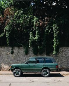 "@landroverphotoalbum posted on their Instagram profile: ""~ automotive beauty ~ By @kevinprst #landrover #RangeRover #RangeRoverClassic #landroverphotoalbum…"" Luxury Car Brands, Luxury Suv, Jeep Sport, Range Rover Supercharged, Range Rover Classic, Mens Toys, Cute Cars, Ford Gt, Toyota Supra"