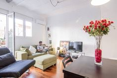 Wohnung in Barcelona, Spanien. Is a Loft located between two monuments; Hospital Sant Pau and Sagrada Familia. Next to a supermarket, shops and restaurants. Well connected Ramblas 20 min with metro, 5 min walking to Sagrada Familia and 50 meters to L5 metro  It has high ceiling...