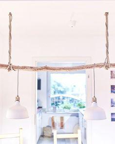 Wie wäre es für die dunklere Jahreszeit mit einer schnell gezauberten Lichtoase in Verbindung mit einem Treibholz und Seilen. Diese zeigt sich im Stil rustikal, antik und doch sehr modern. Wir lieben einfach das Zusammenspiel aus dem Alt-Neuen.