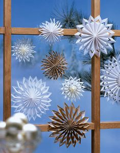 Papiersterne im Fenster The post Fensterschmuck aus Papier appeared first on WMN Diy. All Things Christmas, Winter Christmas, Christmas Holidays, Christmas Decorations, Christmas Ornaments, Paper Decorations, Hobbies And Crafts, Diy And Crafts, Paper Crafts