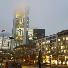 Die Commerzbank im Nebel. Frankfurt