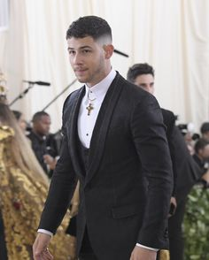 He's a holy man Zayn Malik Hairstyle, Men's Hairstyle, Hairstyle Ideas, Nick Jonas, Jonas Brothers, Suit And Tie, Famous Faces, Barbershop, My Man