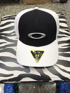boné Oakley tincan branco com preto tamanhos s m e xlx 1e6ead68245