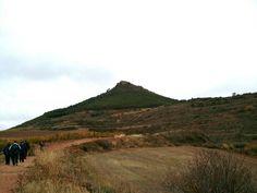 Sobre el monte Monjardin, mientras caminábamos podíamos ver el castillo de San Esteban de Deyo