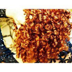 Bom dia, meus amores! O cacho de vocês muda com o tempo? Olhem só como eu tinha o cacho menor e mais fechado quando meu cabelo era mais curto... Curioso... Ah, nesta época eu usava uma mistura de 8.3+7.4 da @c.kamuraprodutos para colorir os fios, tem até um post lá no AB mostrando o passo a passo :) #acordabonita