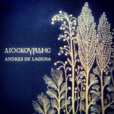 El Dioscórides (revisado por Andrés Laguna) es uno de nuestros libros favoritos para consultar propiedades sobre plantas, ya que a veces se mencionan propiedades tintóreas. En la Edad Media era una especie de licencia para abrir una Farmacia. #TintesNaturales