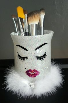 glitter makeup Glass Make up holder. (Makeup brushes not included)Eyebrows, lashes and mole made with black vinyl. Lipstick kiss with Pink rose glitter vinyl. White glitter inside cup h Diy Makeup Brush, Makeup Brush Holders, Makeup Brushes, Eye Makeup, Makeup Sponges, Diy Makeup Decor, Gold Makeup, Makeup Bags, Glitter Make Up