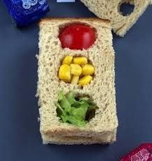 Traffic Light Sandwiches - Everyone will be making a pit stop at your food table with these cool sandwiches. Make with cheese, turkey or cream cheese and fill the lights with colorful veggies. Yummy and healthy! Cute Food, Good Food, Yummy Food, Toddler Meals, Kids Meals, Light Sandwiches, Lunch Snacks, Lunch Box, Greens Recipe