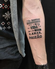 Coleção das melhores tatuagens escritas para homens e mulheres. Desenhos de frases no braço, costela, ombro, coxa, perna, pulso e outras partes do corpo. Somente as mais bonitas. Entre aqui e inspire-se!