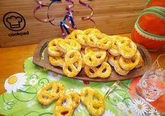 Gyors sajtos perec Onion Rings, Bread, Cookies, Ethnic Recipes, Food, Crack Crackers, Brot, Biscuits, Essen