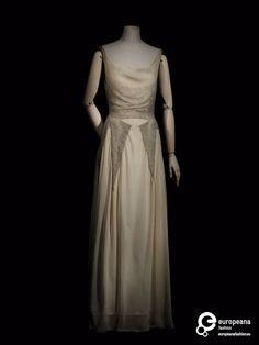 robe Creation date 1931 Material silk Creator Madeleine Vionnet Object Type dress Color beige, white 1930s Fashion, European Fashion, Art Deco Fashion, Vintage Fashion, Edwardian Fashion, Fashion Goth, Madeleine Vionnet, Belle Epoque, Vintage Dresses