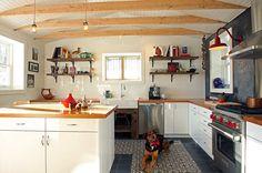 Cuisine éclectique, tuiles à motif, poutres en bois, comptoir en bois, Design Commercial, Blackboard Paint, Eclectic Kitchen, White Sink, Decoration, Kitchen Cabinets, Paint Tiles, Furniture, Home Decor