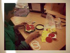 Plus- opdracht Handvaardigheid.  Hamburger maken van gekleurd papier, foam, stof. 18-04-2014