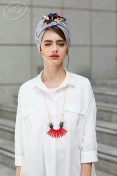Head turban wrap, white cotton button up dress & ethnic necklace. Looks cool & stylish - Tworld - - Head turban wrap, white cotton button up dress & ethnic necklace. Looks cool & stylish - TworldTichel with tassels Turban Hijab, Turban Mode, Head Turban, Modest Fashion, Hijab Fashion, Fashion Outfits, Fall Outfits, Hijab Stile, Mode Hippie