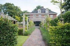 Buytengewoon - Klassiek-landelijke tuin met veranda en bergruimte - Hoog ■ Exclusieve woon- en tuin inspiratie.