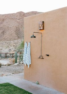 Inside a modern hacienda-style home located in the California desert. Read how the designer transformed this space into a modern bohemian oasis Outdoor Bathrooms, Outdoor Showers, Outdoor Kitchens, Outdoor Rooms, Outside Showers, Hacienda Style Homes, Santa Fe Style, Desert Homes, Modern Bohemian
