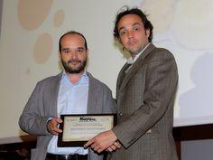 Manuel García, de Grandes Vinos y Viñedos, entrega la Mención Especial al Mejor Restaurante de Cocina Tradicional de la provincia a la Finca La Dehesa.