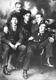 Справа налево: Алексей КРУЧЁНЫХ, Давид БУРЛЮК, Bладимир МАЯКОВСКИЙ, Николай БУРЛЮК, Бенедикт ЛИФШИЦ