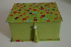 Caixa de Bijoux feita com papelão holler, tamanho P, forrada com tecido 100% algodão, bandeja removível e divisórias. Tamanho: P, M, G Várias opções de tecido R$ 55,00