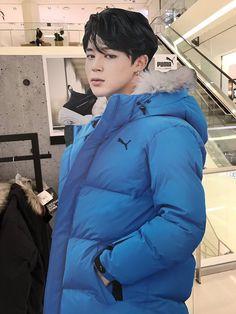 I swear black haired Jimin needs to make a comeback <<— Welp you got your wish Jimin Hair, Jimin Black Hair, Jimin Jungkook, Bts Bangtan Boy, Foto Bts, Bts Photo, Woozi, Busan, Seokjin