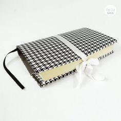 Buchhülle aus Baumwollstoff, verstellbare Breite, Lesezeichen, schwarz/weiß Abmessungen: ca. 30 cm breit x 22 cm Preis: € 20,- Jetzt bestellen: http://www.popcut.at/diy/webshop/