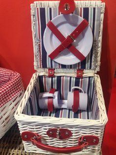 Cesta de picnic para dos personas de The Welly Home, forrada con estampado de rayas y con todo el menaje necesario para un picnic.