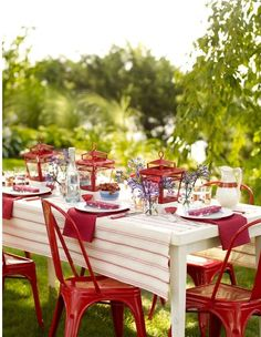 red, green and white outdoor table setting Outdoor Dinner Parties, Outdoor Entertaining, Outdoor Table Settings, Outdoor Dining, 4th Of July Party, Fourth Of July, Summer Flower Arrangements, Summer Picnic, Summer Beach