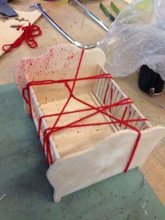 Les 5; In deze les heb ik bloed op het bedje gemaakt en er een rode wollen touwtje omheen gedaan. Ik heb de kleur rood gedaan omdat het de kleur van bloed is.