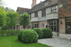 Op een toplocatie gelegen riante Tudor met ca. 2.980m² grond. Indeling gelijkvloers: prachtige entree met vestiaire en gastentoilet, salon met houtges...