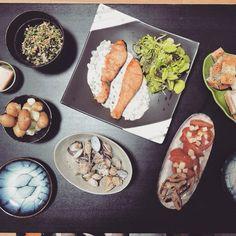 【夕飯】鮭のホワイトソース添え(椎茸ピーマンソーセージ入り)、ピーマンとグリンリーフ、新じゃが、アサリの酒蒸し、トマトとパルミジャーノレッジャーノのサラダ、肉肉ソーセージ、大根葉と油揚げの煮物、と、パン!  salmon and white sauce with diced green pepper and sausage and shiitake mushroom, clam steamed with Japanese Sake, fresh spring potatoes, tomato and parmigiano reggiano salad, green leaf and green pepper, meatish sausage, japanese boiled and seasoned radish leaf and deep fried tofu, and bread!!