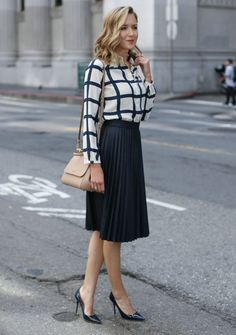 Everything about this outfit is perfect. Windowpane Blouse and Pleated Midi Skirt - MEMORANDUM Smart Casual Outfit, Dresscode Smart Casual, Outfit Chic, Casual Look, Look Chic, Smart Casual Women Skirt, Smart Casual Office, Casual Shirt, Black Pleated Skirt Outfit