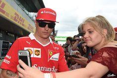 Zumindest die Fans stellen Kimi Räikkönen in Silverstone keine blöden Fragen ... - Foto: Sutton