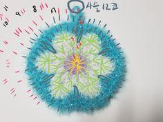 플라워 수세미 도안 및 뜨는 방법플라워 수세미는 플라워 블랭킷을 모티브를 활용해서 만든 수세미랍니다. ... Background Powerpoint, Signature Design, Crochet Flowers, Crochet Earrings, Crochet Patterns, Outdoor Blanket, Embroidery, Christmas Ornaments, Knitting