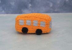 """Jeg er igang med en hæklet sangkuffert til min svigermors børnehave. Her er en hæklet bus Fra børnesangen """"Hjulene på bussen"""". Designet er lavet i børnehøjde og i en størrelser der kan være i en børnehånd. Tanken bag er legende mere... Handmade Stuffed Animals, Baby Songs, Crochet Dolls, New Moms, Diy For Kids, Fiber Art, Hobbit, Free Crochet, Free Pattern"""