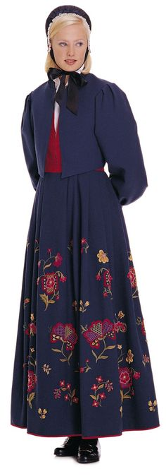 """Kvinnebunad fra Gudbrandsdalen (Womens bunad from Gudbrandsdalen)"" with red damask waist and blue embroidered skirt from Gudbrandsdalen, Oppland, Norway (I think this color is the only option. The model wear a jacket that are made for this bunad) Folk Costume, Costumes, Opposites Attract, Norway, Beautiful Women, Lady, Damask, Bodice, Model"