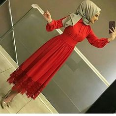 BEKLENEN ELBİSEMİZDE STOKLARIMIZ GÜNCELLENMİŞTİR 🍒Harika dantel detaylı elbisemiz 🍒36-42 beden aralığında 🍒Boy:125 cm 🍒169 tl kargo dahil… Abaya Fashion, Muslim Fashion, Modest Fashion, Fashion Dresses, Hijab Dress Party, Hijab Style Dress, Hijabi Gowns, Modele Hijab, Arabic Dress