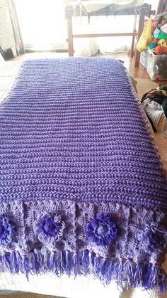 Piesera tejida a crochet tunecino y con flores de telar.