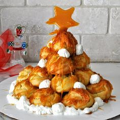Cooking with Manuela: Custard Filled Puff Tower with Caramel Sauce - Profiterol with Caramel Italian Desserts, Italian Recipes, Colored Candy Apples, Tapas, Custard Filling, Buffet, Profiteroles, Sweet Recipes, Easy Recipes