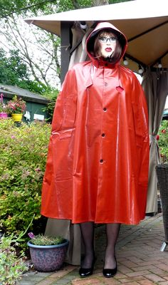 http://www.ebay.de/itm/superb-mans-SBR-shiny-red-rubber-rain-cape-mackintosh-hooded-2-lengths-/302015358428?hash=item465184a5dc:g:q44AAOSwzLlXg2dY