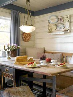 SJARMERENDE SPISEKROK: Til den koselige spisekroken har de kjøpt et gammelt bord fra 1820 på en brukthandel. Benken er arvegods.