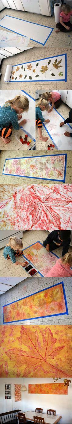 Debajo del papel hay hojas de árboles. Pintaron sobre el papel con sus crayones de cera para calcar la figura de las hojas. Luego, pintaron el papel con acuarela.